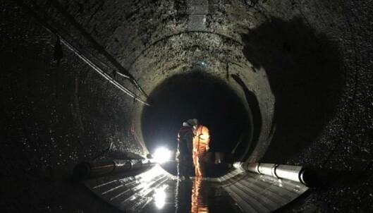 VARMEKILDE: Her, inne i kloakktunnelen under Stavanger sentrum, har kommunen montert kollektorene som henter ut varme til byggene rett over.