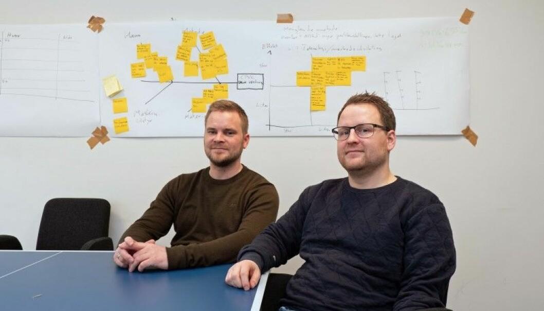 ALLE MED: Grevstad & Tvedt har arbeidet seg frem til gode løsninger for å holde oversikten – på dette arkivbildet sitter Kjetil Pedersen (til venstre) og Arve Dalland foran en tidligere gjennomgang av feil og avvik som bedriften skulle rette opp og lære av.