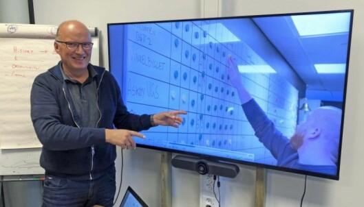 ROSER: Daglig leder Tom Ivar Omdahl i Samarbeidsutvikling roser Grevstad & Tvedt for å ha funnet gode løsninger som passer akkurat seg, og for å skape utrolig entusiasme internt. På skjermen viser Kasper Tvedt frem tavlen med oversikt over alle prosjektene.