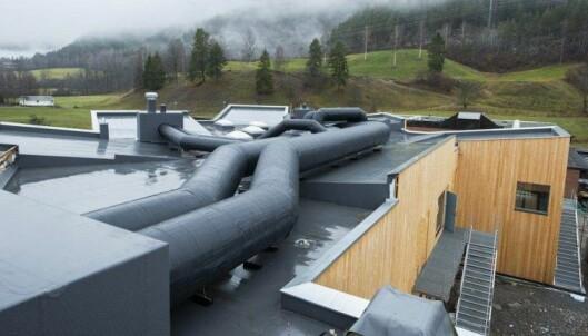 Nettverket av sorte kanaler på taket av nye Sauland skule, er mantlet med Wraptec.