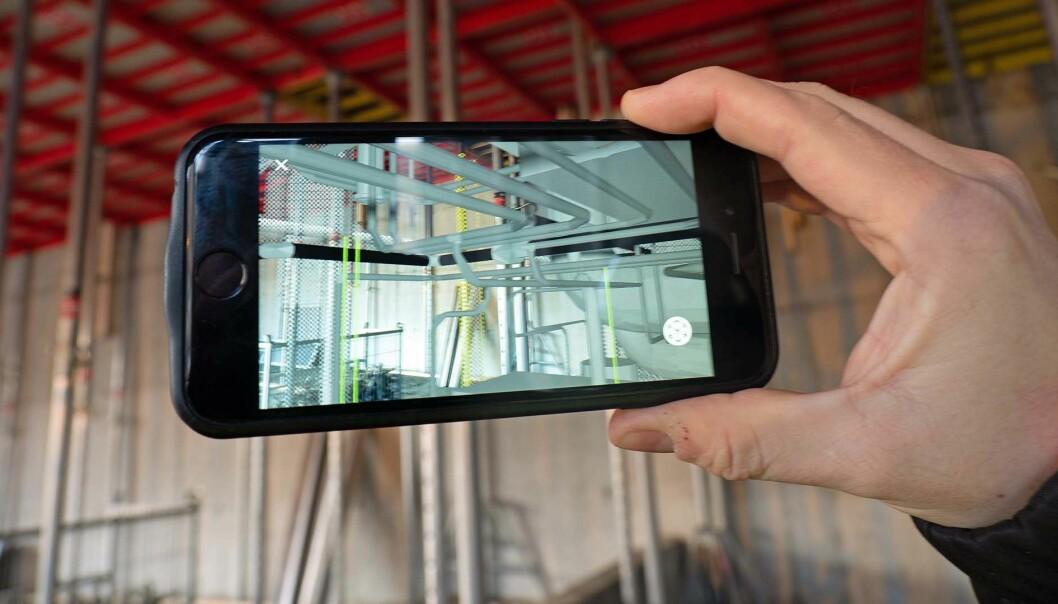 AR: På telefonen til Erik Bünger kan han se hva rørleggeren skal gjøre, lagt oppå bildet av hvordan bygget ser ut i virkeligheten.