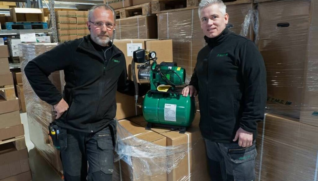Geir Løvdahl (til venstre) og Ronny A. Øijord hjelper gjerne både rørleggere, elektrikere og sluttbrukere