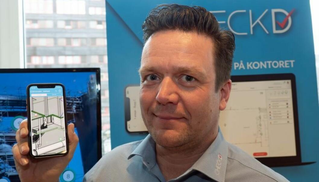 PAPIRLØST: Tom-Erik von Krogh-Martinsen drar inn oversikt over og detaljer om alt som skal gjøres, på telefon og nettbrett.
