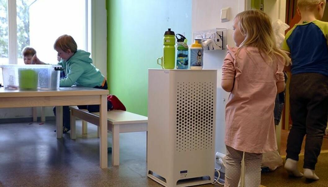 Barna i barnehagen Læringsverkstedet Haga har fått et bedre inneklima etter at de fikk installert luftrensere. Foto: Jan Erik Røine.