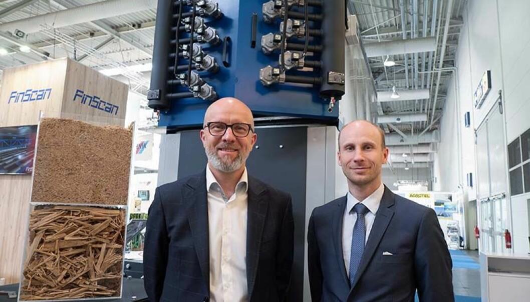 BRENNERE: Teknologien er som for flis og pellets, men Krzysztof Juchniewicz (til venstre) og Marcin Potrapeluk oppfordrer til også å bruke støvet til å produsere energi.