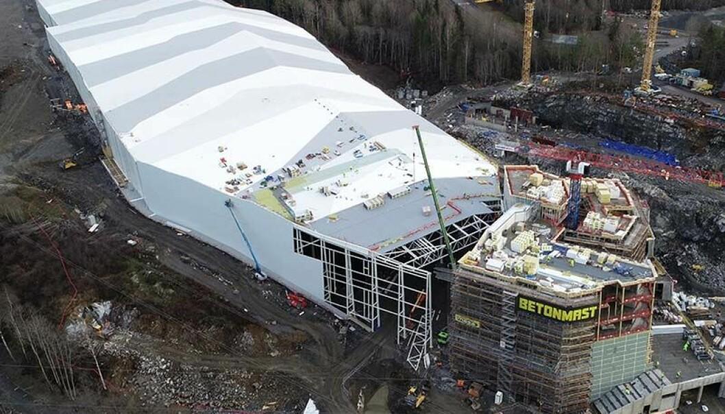 ISBRE: Fra utsiden skal den nye skihallen på Lørenskog minne om en isbre. Foto: Betonmast/Isachsen.
