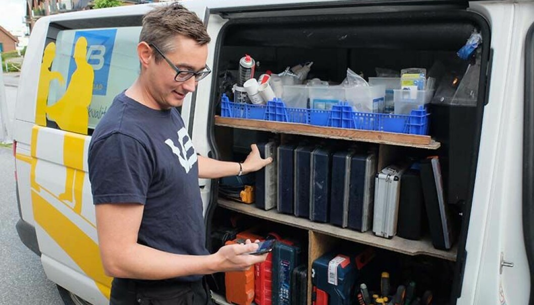 APP-LAUDERER: Ronny Vikeså er storfornøyd med at ny avhendingslov gjør VB-rørleggernes app enda nyttigere. Foto: FASETT.