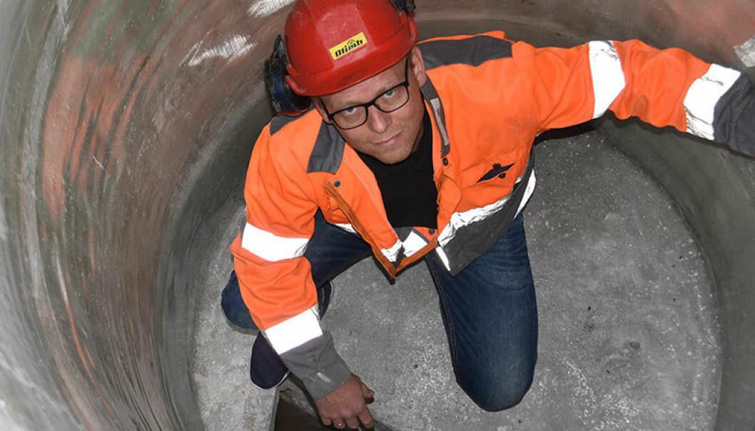 Salgssjef i Olimb Rørfornying AS, Svein Rune Myhre, inspiserer en rehabilitert kum. Foto: Olimb Rørfornying AS.