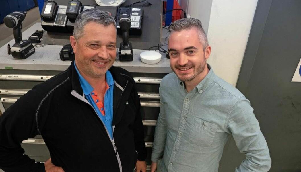 TIL HJELP: Sensorene er til god hjelp for å vise hvordan inneklimaet virkelig er, sier Geir Mølholm (til venstre) og Tommy Hagenes.