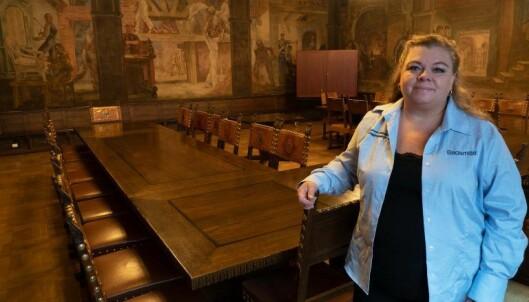 HØYTIDELIG: Oldermannen leder laugsbrødrene sine i spektakulære omgivelser. Alf Rolfsen utsmykket Laugssalen.