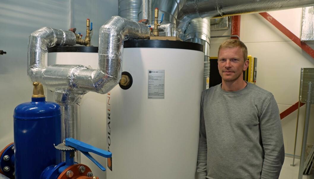 SPARETANK: Vanntankene som eliminerer en egen varmeveksler er hemmeligheten bak solide strømkutt, viser Dan-Erik Antonsen.