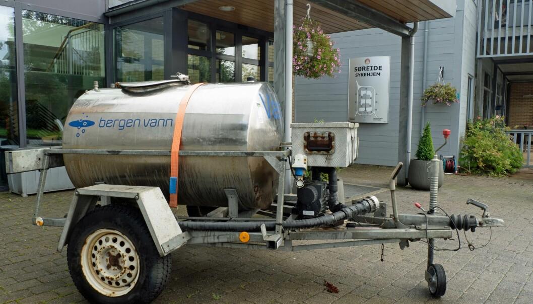 MED VANNVOGNA: Søreide sykehjem i Bergen måtte få en vannvogn for å klare seg med drikkevann.