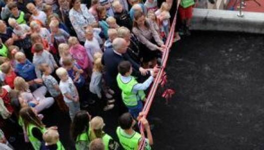 Elevrådsleder, statsråd, ordfører i Røyken og leder av Sydskogen FAU klipper snora for å markere åpningen av Sydskogen skole. FOTO: Miljømerking Norge