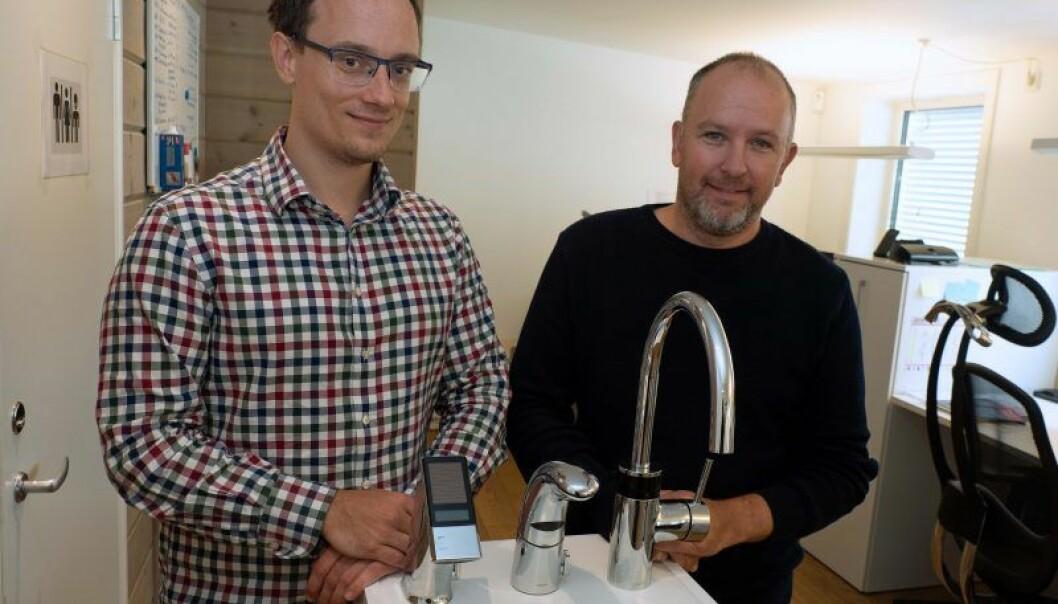 BERØRINGSFRITT: Alle vil ha berøringsfrie armaturer, forteller Artur Burdek (til venstre) og Torbjørn Berg.