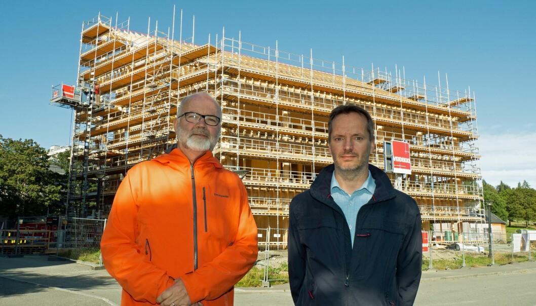 BYGGES: Veidekke er godt i gang med å bygge ZEB-laboratoriet, der Forskningsrådet og Enova begge har gått inn med midler, viser Terje Jacobsen (til venstre) og Arild Gustavsen.
