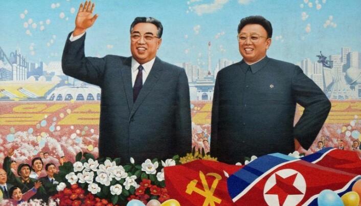 RETUSJERT: Det er slik Kim Il-sung (til venstre) og Kim Jong-il stort sett fremstår i Nord-Korea – slanket og retusjert på digre plakater og minnesmerker.