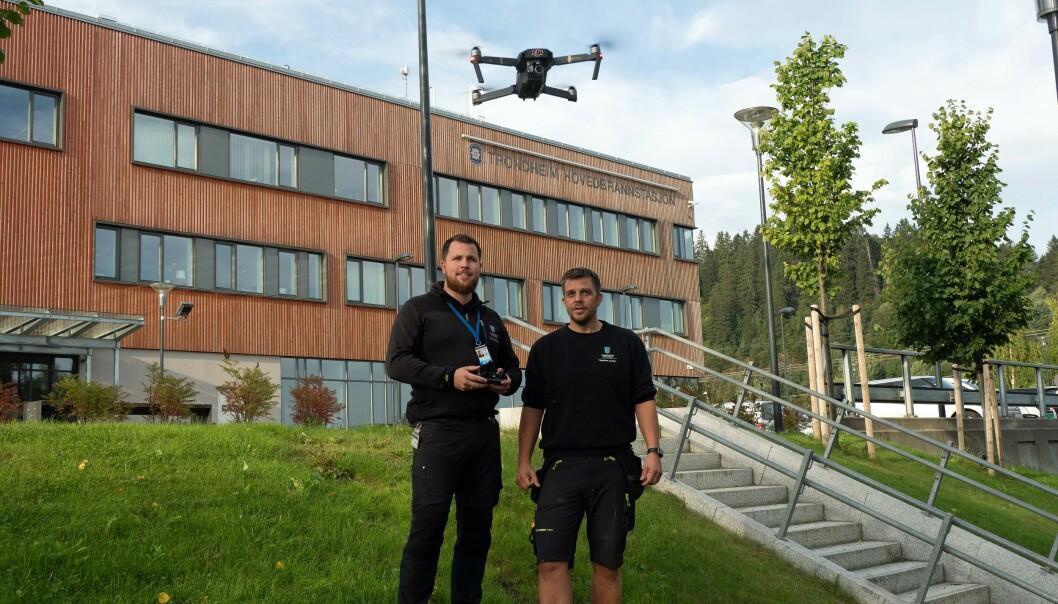 HØYTFLYVENDE: De sørger for å inspisere de kommunale byggene i Trondheim raskt, billig og sikkert – dronepilotene Øystein Brujordet (til venstre) og Ketil Risan.
