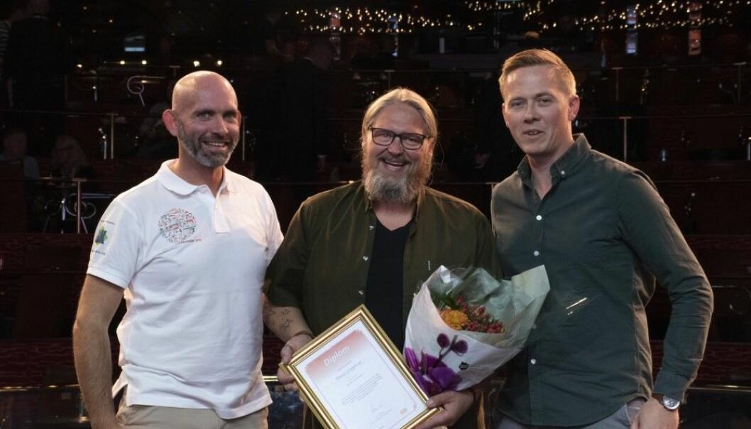 ÅRETS BYGGDRIFTER 2019: Blomster og diplom ble utdelt til vinneren, Dennis Grepperud, av Jan Erik Røine(til høyre), redaktør for Byggdrifteren, og Thor-Jostein Egeland(til venstre), daglig leder i Nemitek. Foto: Casper Rodvelt.