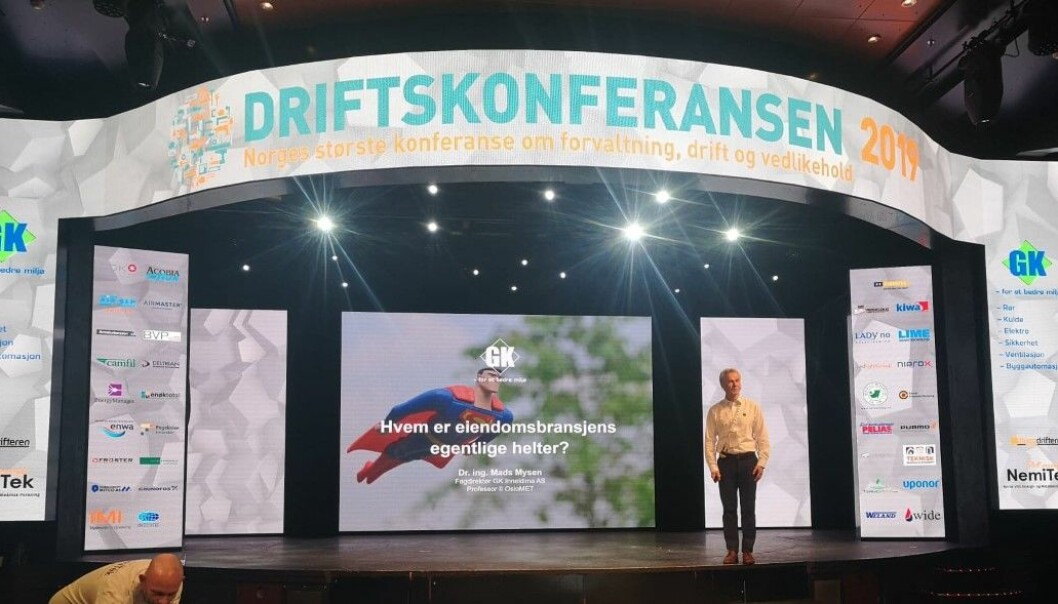 Mads Mysen på scenen under Driftskonferansen.