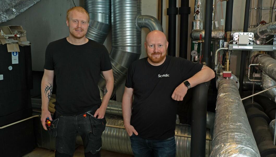 ENKLERE: Vaktmester Vegard Stene (til venstre) og teknisk sjef Svein Arne Eggen sparer seg for mye ekstraarbeid fordi vannet på hotellet er rent.