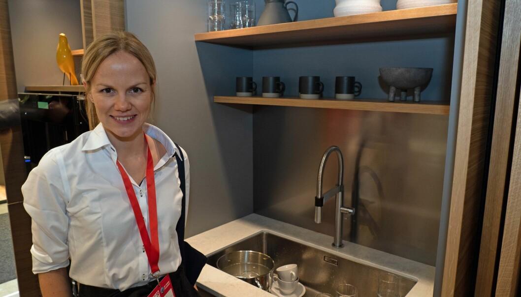GJEMMES: Når det kommer middagsgjester i en liten leilighet med kjøkken og stue i samme rom, er det kjekt å kunne gjemme bort oppvasken, viser Nobia-arkitekt Kristin Sletner.