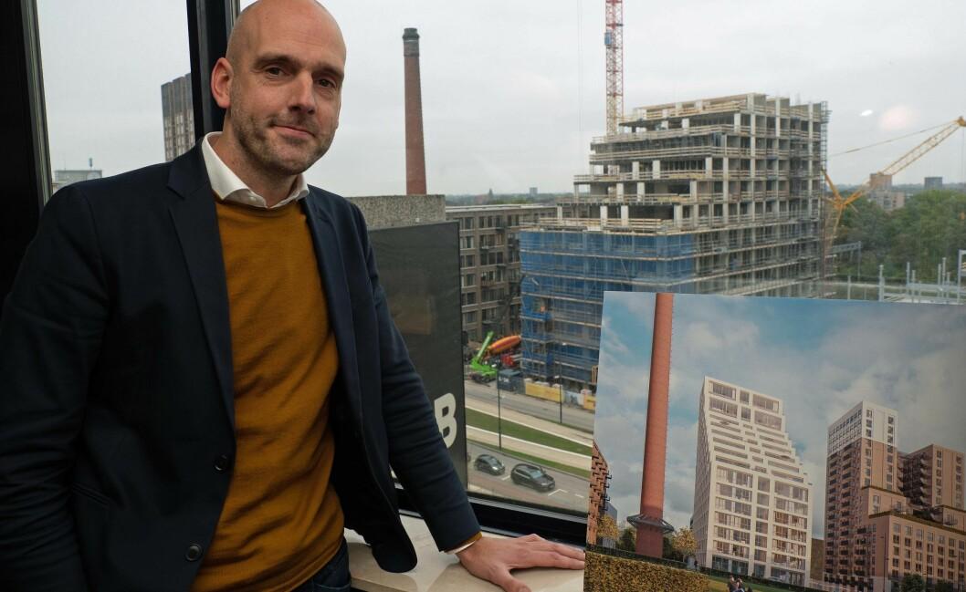 BYGGER: Rundt 30 år tar det å gjøre ferdig hele Strijp-S-utviklingen. Utenfor vinduet til direktør Thijs van Dieren er byggeaktiviteten stor.