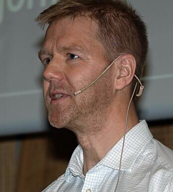 SPRINTER: Bjørn Jenssen spurtet rundt møterommet for å illustrere hvordan ventilasjonen gikk før Kjørbo i Bærum ble Powerhouse.