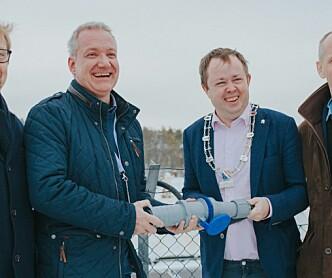 Åpnet verdens største solcelleanlegg med snøsmelting