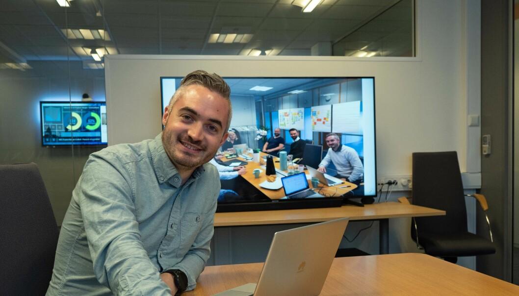 SAMMEN: Tommy Hagenes viser bilder som illustrerer hvordan det skal arbeides i Proptech Innovation – folk fra alle deler av verdikjeden sammen rundt samme bord.