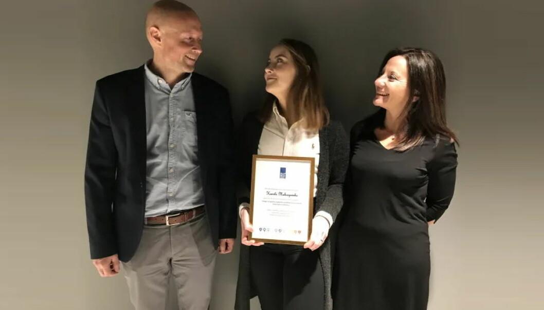 På bildet ses fra venstre, prisutdeler Jonny Ødegård, prismottaker Kamila Makuszewska og til høyre veileder Rita Ugarelli.