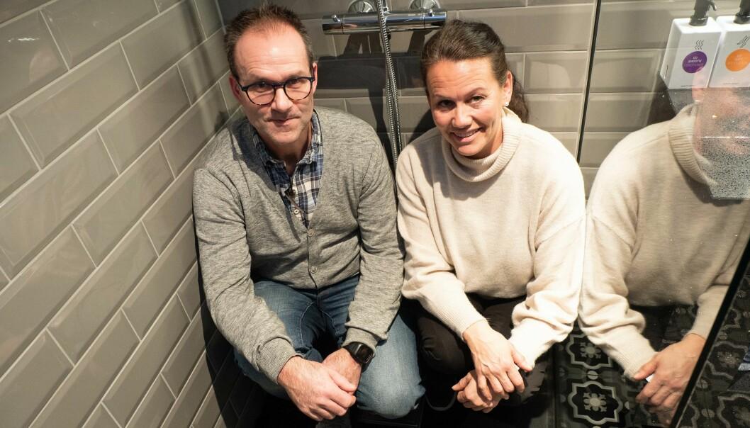 Rune Pedersen i Ofoten Rør og Laila Skålvold i Skålvold Eiendom er storfornøyde med den nye dusjgulvløsningen.