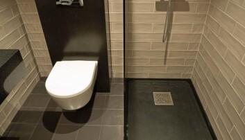 Hele gulvet under dusjen består av én enkelt flis, skåret og frest på mål.