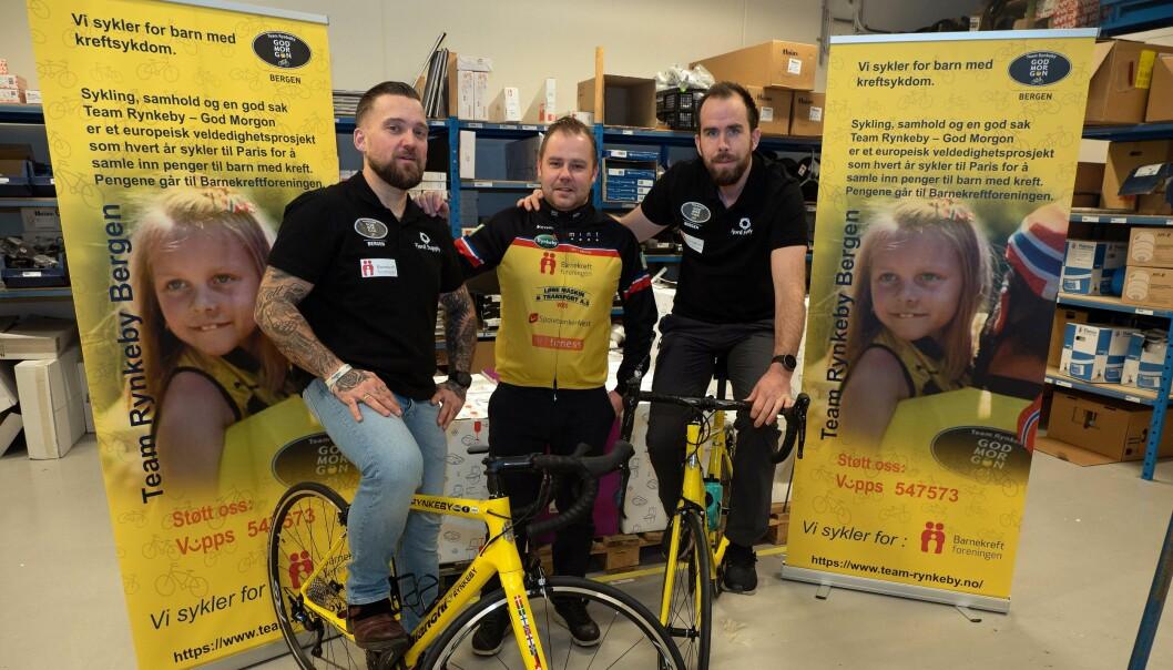 INNSAMLING: Espen Stenseide (til venstre), Mike Kristiansen og André Holtar Arnholt har tatt med seg syklene inn på lageret hos Sotra Rør – nå skal de til Paris for å samle inn penger til forskning på barnekreft