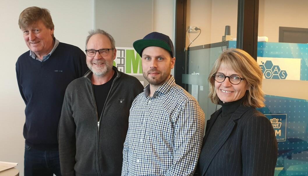 NY LINJE: Per Skau (Fellesforbundet ) (til venstre), Jørgen Leegaard (BNL), David Bakken (fagskolen) og rektor ved fagskolen Kirsti Andresen under åpningen mandag.