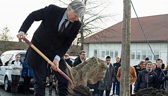 TUNTRE: Klimaminister Ola Elvestuen plantet et tuntre for å markere åpningen av det nye bygget.