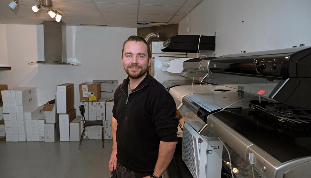 HETTEUTVALG: Tommy Mæland spesialiserer seg på å selge kjøkkenhetter, med butikk på Sandnes.