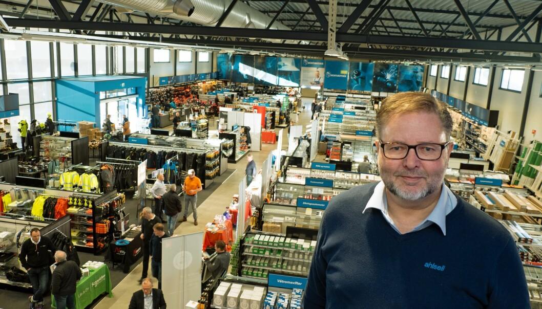 ØKER: De øker sortimentet med 2000 varelinjer – salgssjef Arne Bye har innviet Ahlsells fremtidsbutikk.