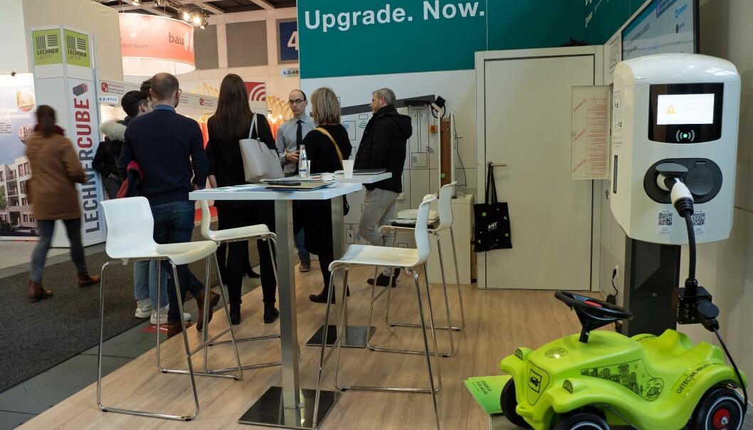 MESSESMART: Med elbilen som blikkfang stiller Jäger Fischer på messe for å selge fremtidens digitale byggdriftsløsning.