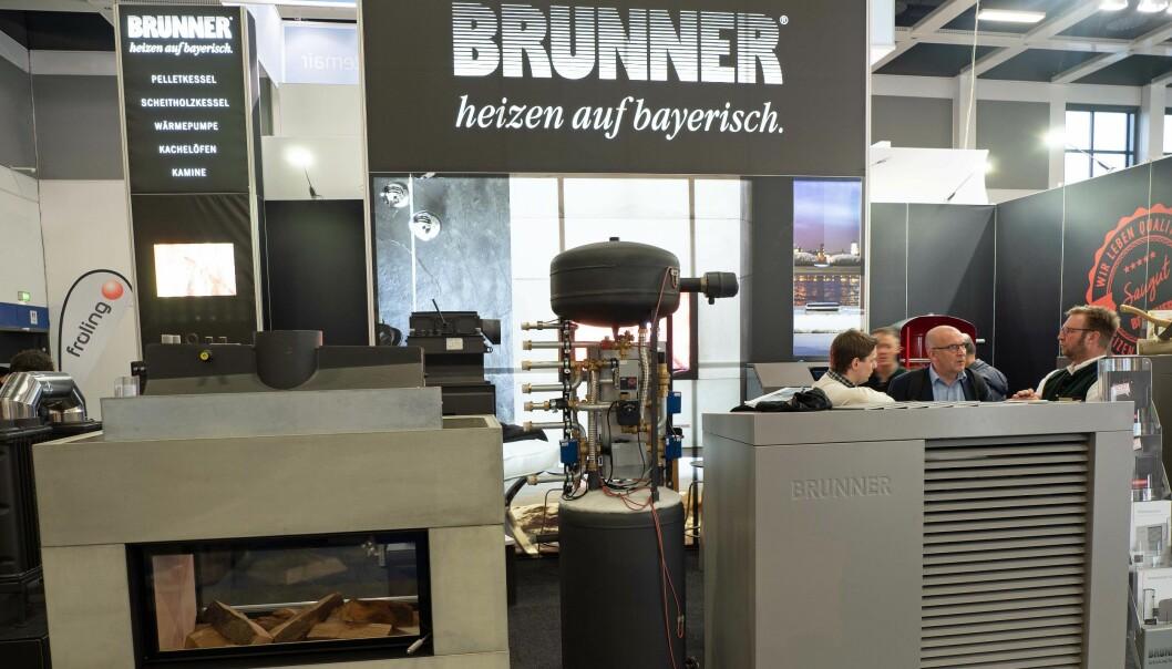FYRER MED VED: Brunner fra Bayern kobler vedovn med vannkappe sammen med luft-til-vann-varmepumpe, men har også mulighet for sol.