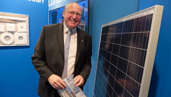 VENTILASJON: Frank Martin presenterer solceller til avtrekket fra bad og kjøkken.