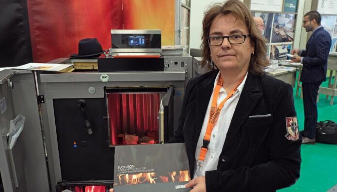 KOMBIFYR: Bettina Ziehe satser på fyringsanlegg som skifter automatisk mellom pellets og varmepumpe.