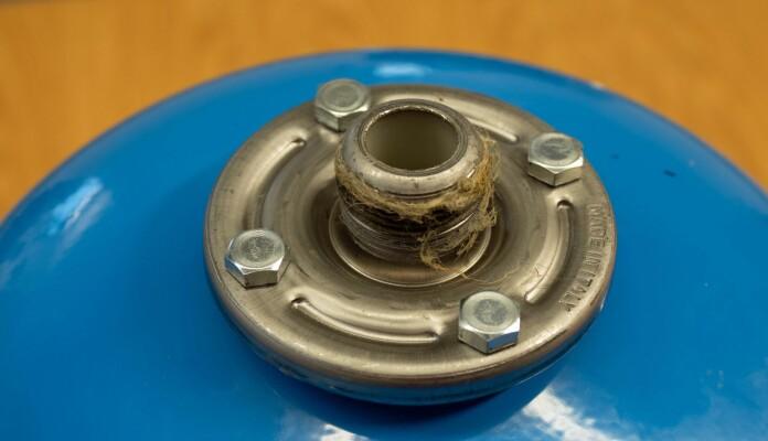 FLENS: Hvis ekspansjonskaret har denne flensen, bør du montere den opp ned med flensen øverst.