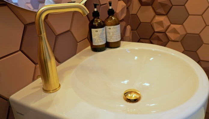 GULL: I baren som ligger på høyde med vannskorpen, er det montert spesiallagde servantkraner i gull.