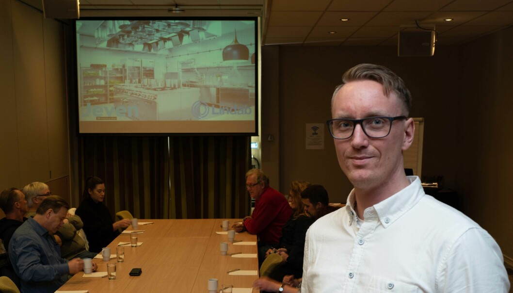VENTILASJONSPRAT: Aleksander Lund har snakket om storkjøkkenventilasjon på medlemsmøte hos NemiTek Sørlandet.