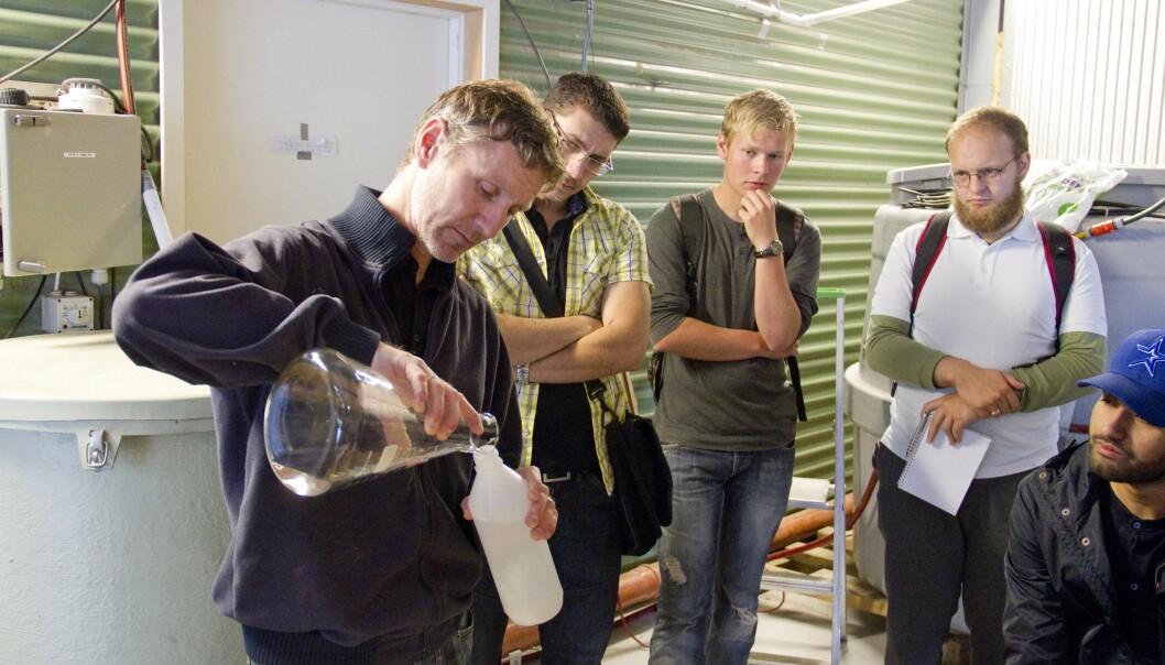 AVLØPSFORSKER: Arve Heistad forsker på vannforsyning og avløp – her viser han rundt ferske studenter. Da koronaviruset ble påvist i avføring, ble laboratoriet stengt på timen.