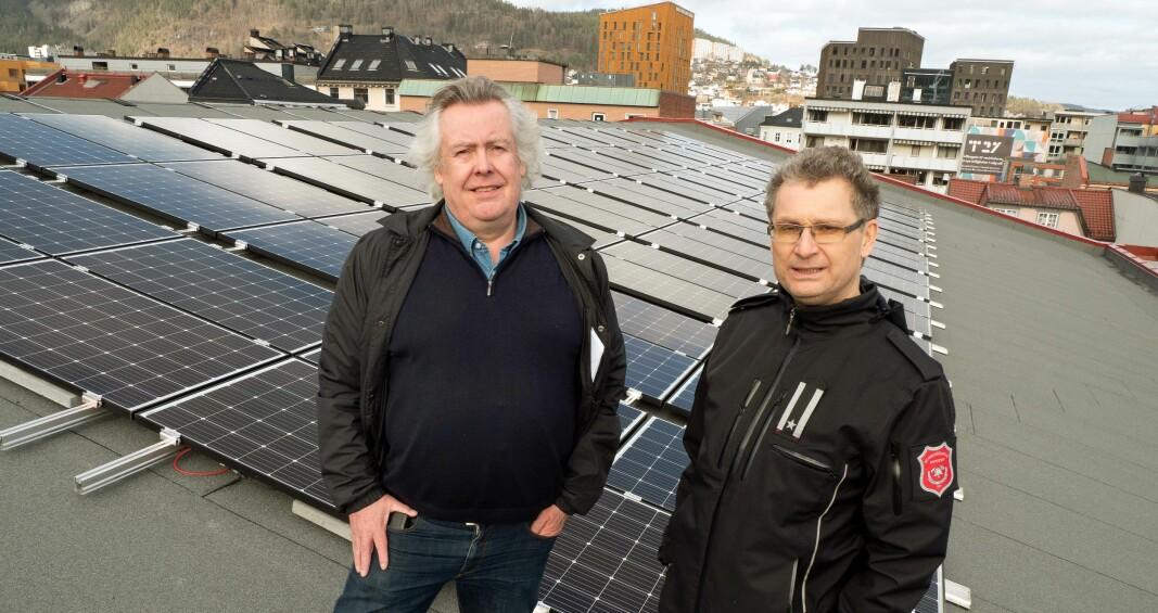 VINKEL: Nytt tak med god vinkel var et godt argument for å velge solceller på brannstasjontaket, viser Geir Andersen (til venstre) og Henrik Trømborg.