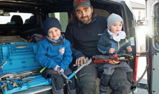 Rørleggerpappa i koronaknipe:Kasper (4) og Emrik (2) arbeider for en is om dagen