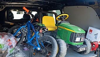 ARBEIDSBIL: Sykkelen og leketraktoren har fått plass baki varebilen til Rafos Rørservice.