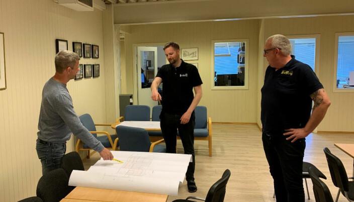 Møter og avklaringer blir utelukkende holdt der bedriften har god plass - men helst via telefon eller mail. F.v. Prosjektleder Rasmus Larsen, prosjektansvarlig Christian Lien og daglig leder Espen Eriksen i Gregersen AS.