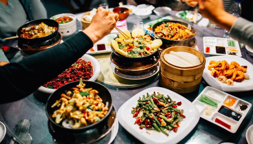 RESTAURANTSMITTE: Det er ikke bare avstanden som teller – smittefaren avhenger også av hvilken vei luften går, viser rapporten fra en restaurant der ni ble koronasmittet.